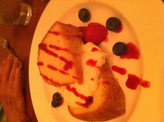 Madison Inn: Almond pound cake with fresh strawberries and blueberries