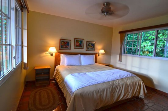 La Montana y el Valle Coffee Estate Inn: We slept very well in our comfortable bed.