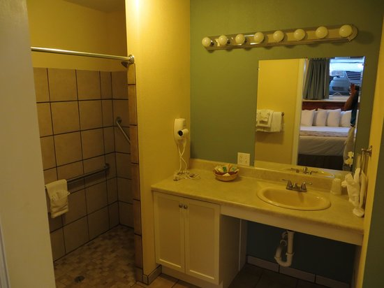 Murphy's River Lodge: A nice big bathroom