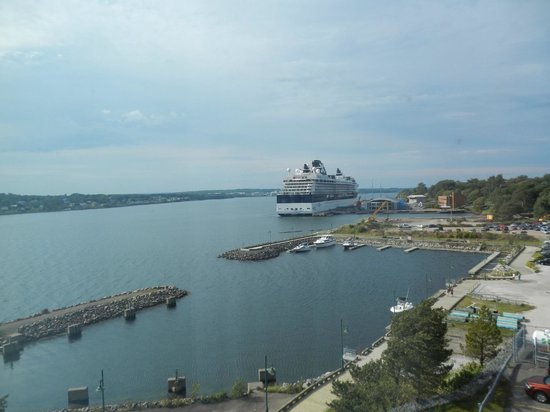 Holiday Inn Sydney Waterfront : View of Celebrity Summit at the cruise port