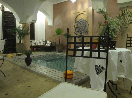 Riad Ailen : Salle à manger et salon avec petite piscine