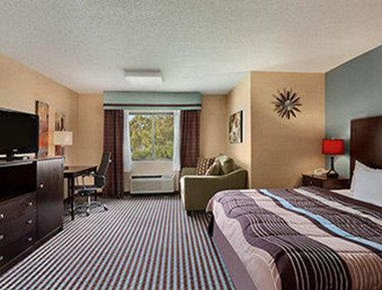 Days Inn Albany Airport: King Suite