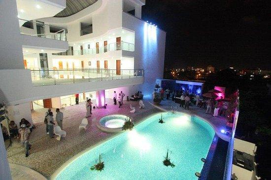 Hotel Atrium Plaza: Pool At Night