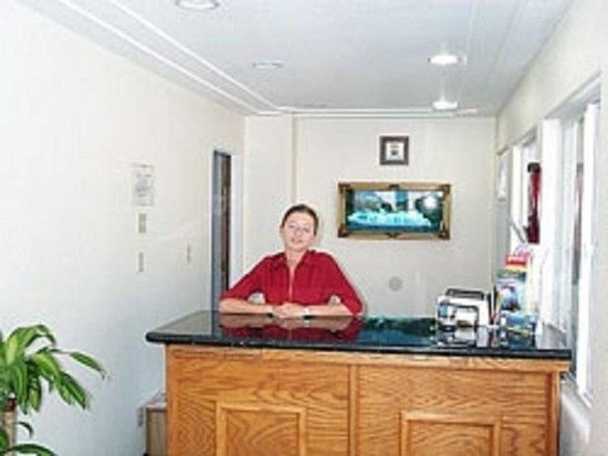 Stateline Economy Inn & Suites: Lobby View