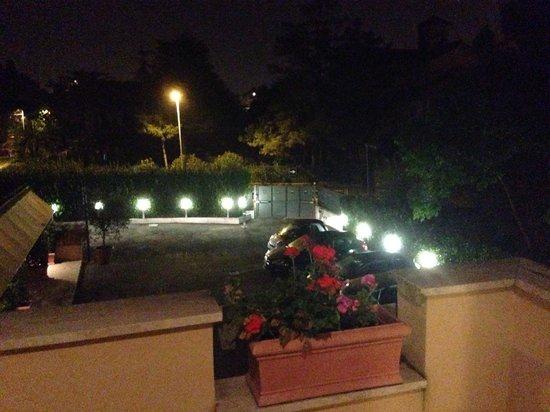 Roma Point Hotel : Vista balcone 2 (area parcheggio interno)