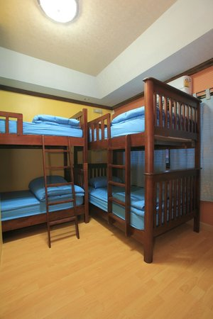 Baan Smile Hostel : Mixed Dorm room with air-condition can fit for 4 people, having privacy locker and free wi fi.