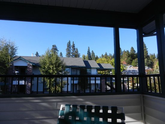 Grass Valley Courtyard Suites: Our Balcony