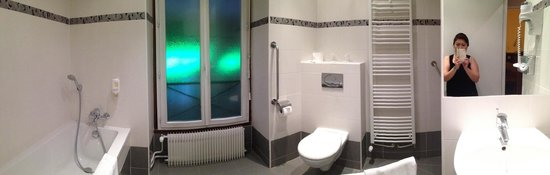 L'Ouest Hotel: Huge bathroom...in panaroma!