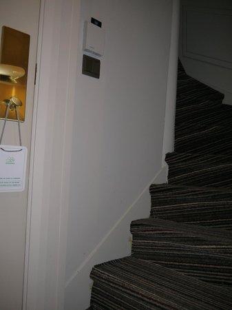 BEST WESTERN Paris Louvre Opera : Лестница в спальню