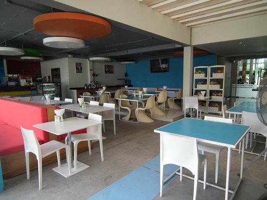 New Dara Boutique Hotel & Residence: Le coin petit-déjeuner face à la piscine