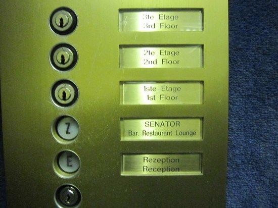 Senats Hotel : 自分の部屋があるフロアに鍵を差し込むと動くエレベーター