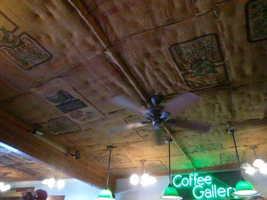 Coffee Gallery: 天井には豆袋が貼ってあります
