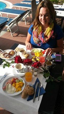 Hotel Garden Sea Caorle: Zum Geburtstag meiner Freundin hat man uns den Tisch sehr nett mit Rosen hergerichtet