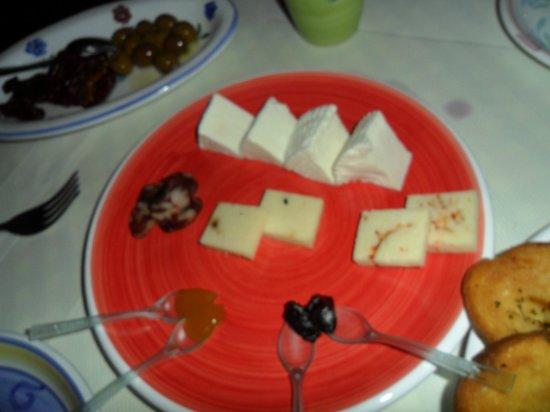 Quel che c'e: formaggi ricotta, marmellate e cioccolato piccante