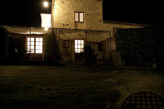 Locanda Le Piazze: Onze patio by night