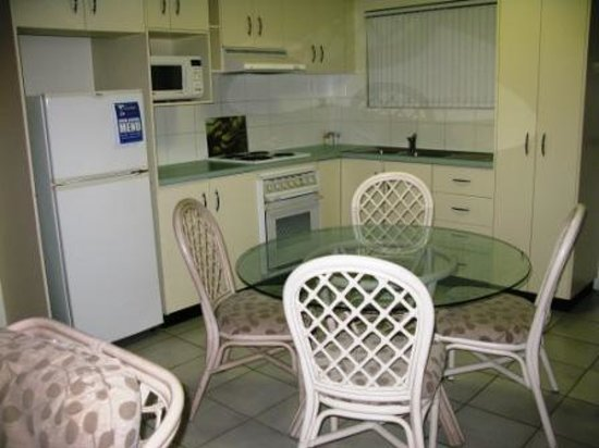 Koala Court Holiday Apartments: The dining/kitchen area