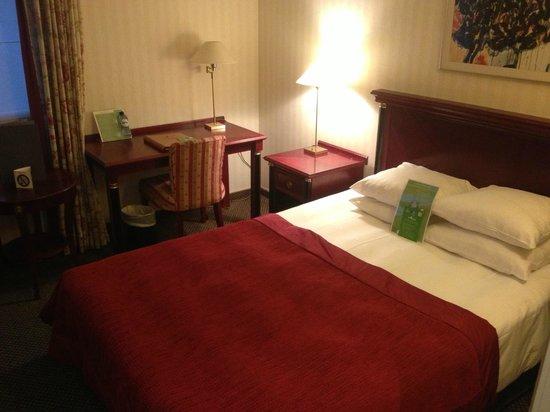 Martin's Brussels EU : Un petit bureau est dans la chambre.