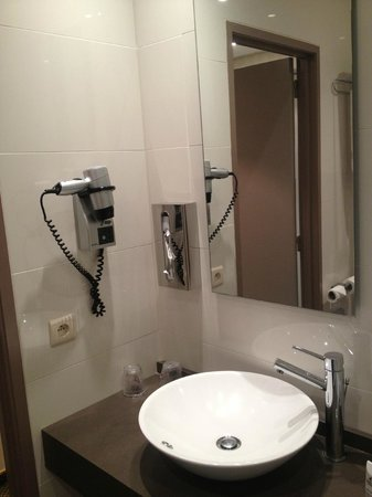 Martin's Brussels EU: Salle de bain avec sèche-cheveux.