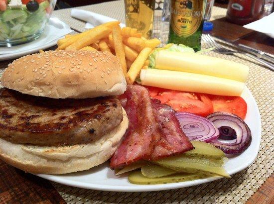 Leo's Hamburgeria: Hamburger di cinghiale, nel suo piatto di portata.
