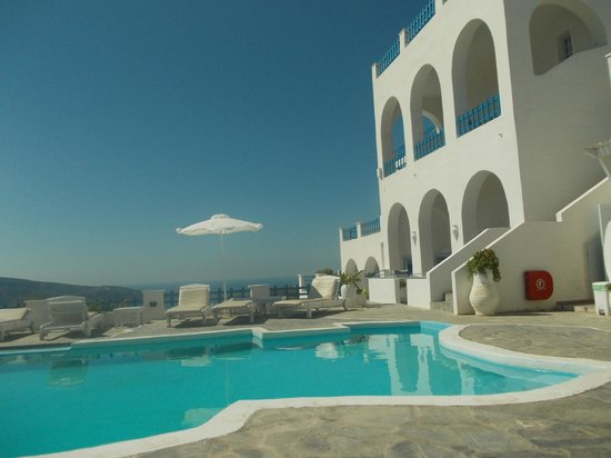 Hotel Atlantida Villas: View from the pool area, 'Ismini' is the middle villa on the ground floor
