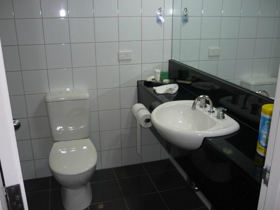 Darwin Central Hotel: Bathroom.
