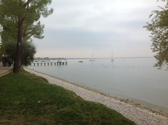 La Rocca Camping Village: Lake and walking path on the back side of camping.