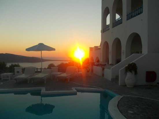 Hotel Atlantida Villas: Sunset over Oia from outside our room