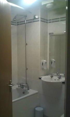 Premier Inn Newcastle South Hotel : Bathroom