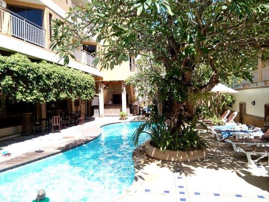 Poppa Palace Hotel Phuket: Бассейн