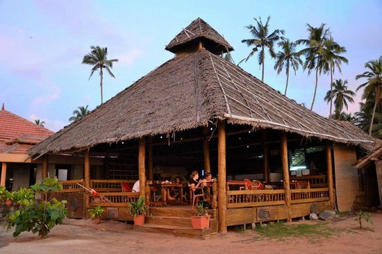 Palm Tree Heritage: Restaurant right at the beach