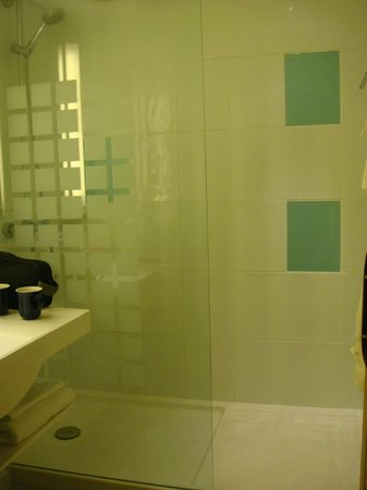 Novotel Leeds Centre: large and modern bathroom