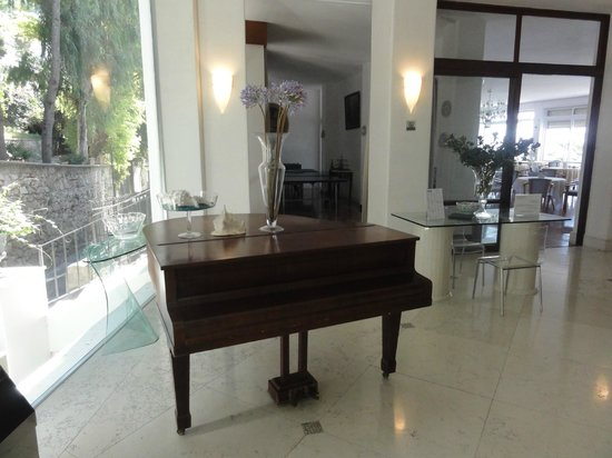 Hotel La Floridiana: Piano in the hotel lobby