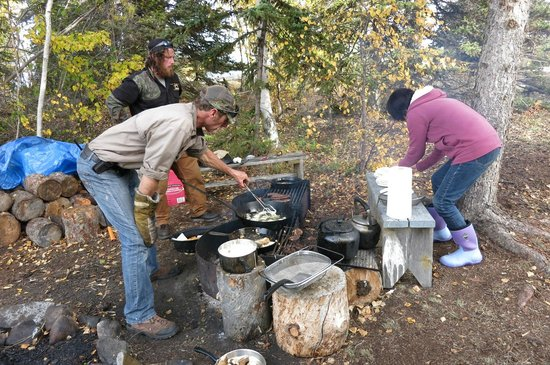 Trout Rock Lodge: Shore lunch preparation