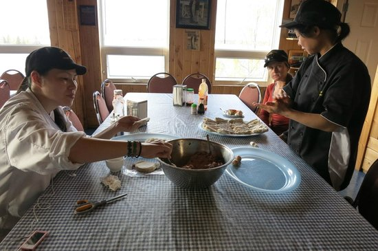 Trout Rock Lodge: Cooks preparing food