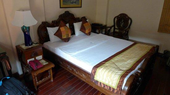 Hong Ngoc Hotel : Sengen og møblene i kraftig tremateriale flott dekorert.