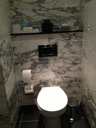 The Bloomsbury : Clean bathroom