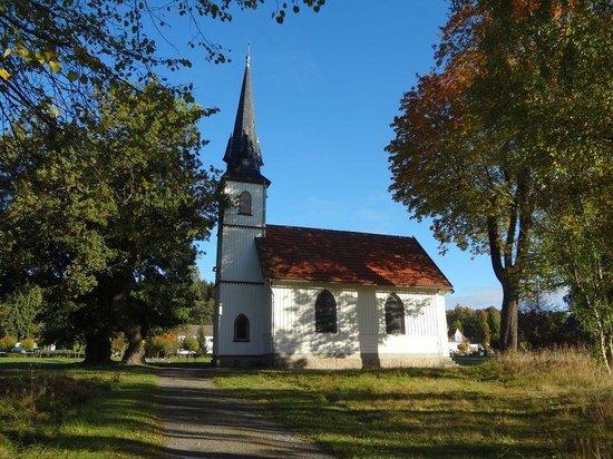 Holzkirche Elend mit den zwei allten Eichen davor