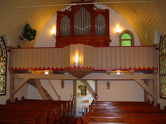 Kleinste Holzkirche Deutschlands: Holzkirche Elend innen mit Blick auf die Orgel