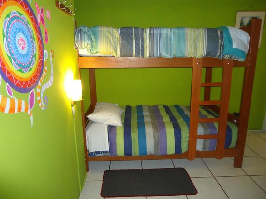 Cusi Backpacker Hostel: Habitacion 4 camas con baño privado y tv cable