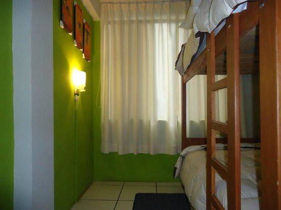 Cusi Backpacker Hostel: Habitacion cuatro camas con baño privado y tv cable
