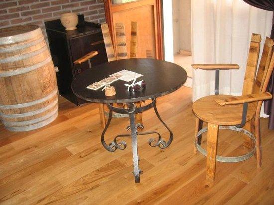 Hotel Gio' Wine e Jazz Area : Chairs of wine barrels.