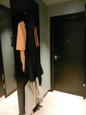 Comfort Hotel Xpress Stockholm Central: Parete-armadio