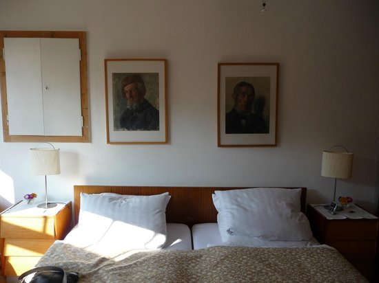 Bed and Breakfast Pension Käubler Dresden: Portraits over the bed