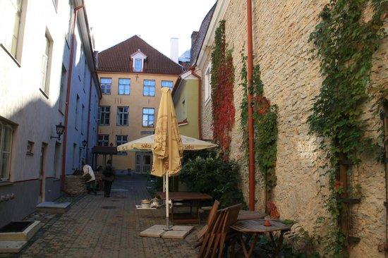 Meriton Old Town Garden Hotel : Courtyard of the hotel