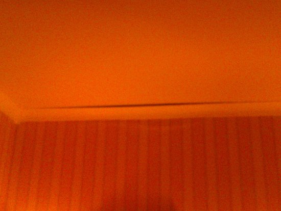 Cromleach Lodge Country House Hotel: COVING READY TO FALL FROM CEILING