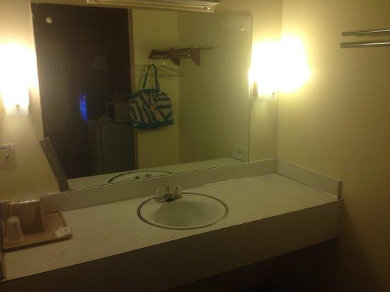 Midway Motel: Sink area