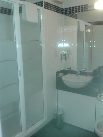 Aspect Hotel Dublin Parkwest: Beautiful bathroom with spacious shower cabinet