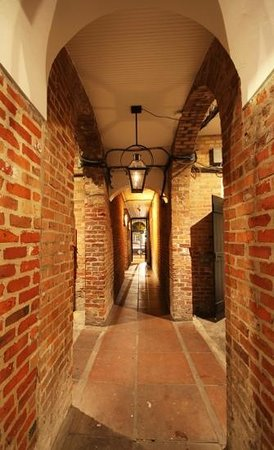Hotel Royal: From the courtyard to the main street without having to go through reception.