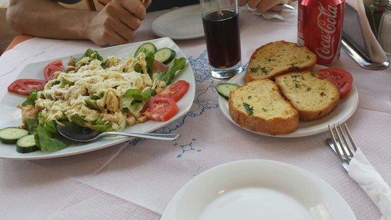 Aris Grill : Caesar salad & garlic bread