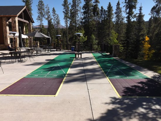 Lodgepole Bar & Grill: Courts